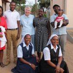 Irmã Mary Janet Stamm e voluntários para serviços de manutenção viajam para a Uganda
